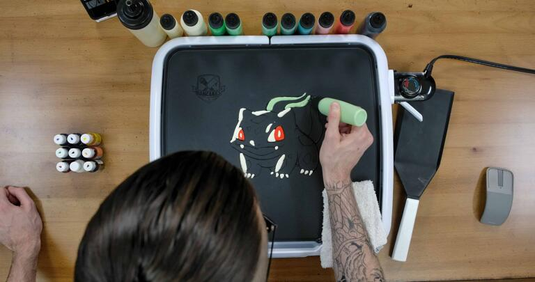 Bulbasaur pancake art step 3.3: Switch to your light green batter and add highlights to the left side of bulbasaur's bulb segments.