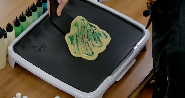 Bulbasaur pancake art step 8.3: When the pancake slides freely, it is no longer stuck to the surface of the griddle and you can move on to the next step: Flipping.